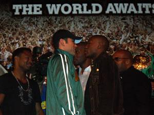 De La Hoya and Mayweather go head to head (pic Roger Carlin)