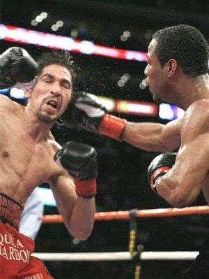 Mosley hammers Margarito: HoganPhotos.com