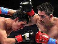 Leo Santa Cruz (R) - Alberto Guevara / (Photo  Tom Casino / SHOWTIME)