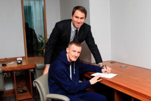 Eddie Hearn overlooks the signing of Tom Stalker