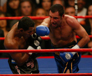 De La Hoya(right) destroyed Mayorga last time out (Hogan photos)