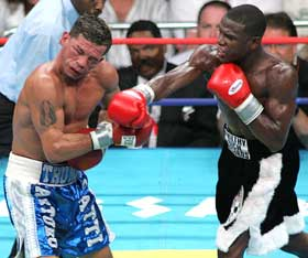 Mayweather hit Gatti at will (pic by Marty Rosengarten/Hogan Photos)