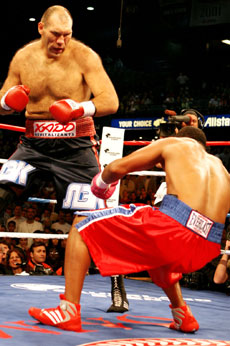 Valuev floors Barrett (pic DKP)